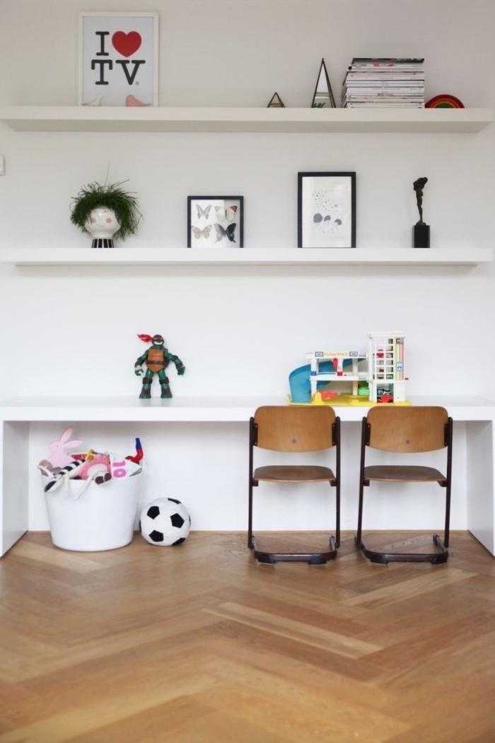 bibliothèque enfant réalisée avec des étagères murales lack qui sert aussi de bureau, bidouille ikea avec des étagères lack