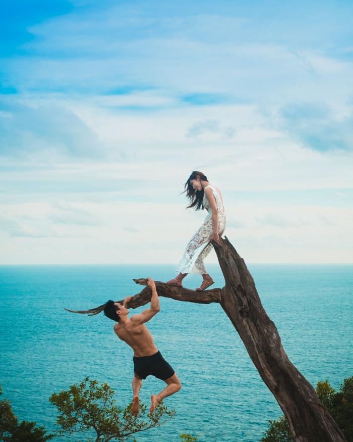 Couple sur un arbre, adorable photo au bord de la mer, quelle est la meilleure pose carte st valentin, image couple amoureux choix de carte d amour