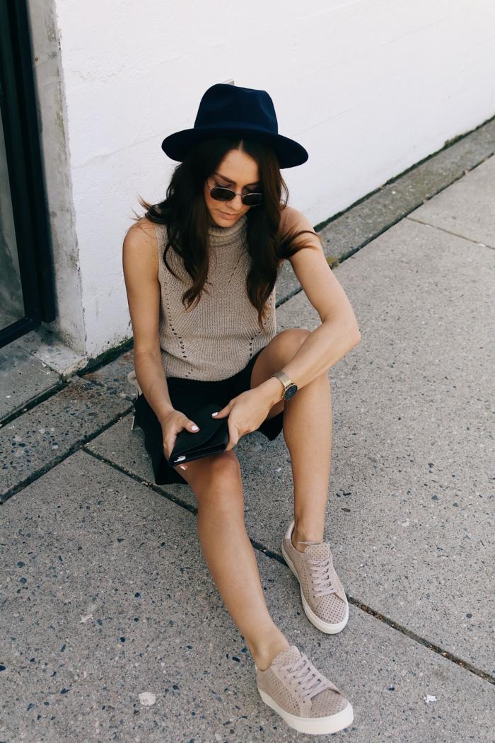 Grande chapeau et lunettes de soleil, tenue avec baskets couleur rose pale, tumblr fille, swag style tenue de jour, moderne idée comment s habiller