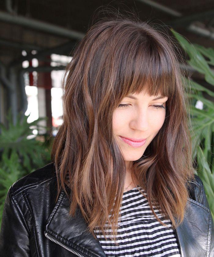 Belle femme, tenue veste cuir noir et t-shirt rayé noir et blanc, coupe de cheveux carré, coiffure coiffée décoiffée, cheveux ondulés avec frange