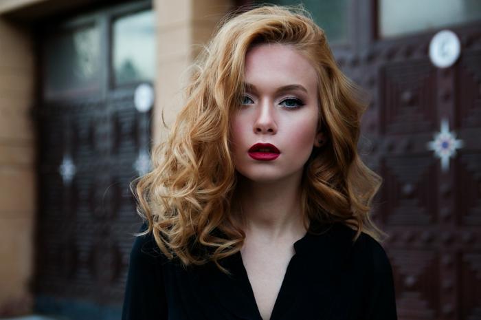 Modèle avec cheveux roux. belle robe noire, femme carré long dégradé, coupe femme mi long, idée femme moderne coiffure inspiration