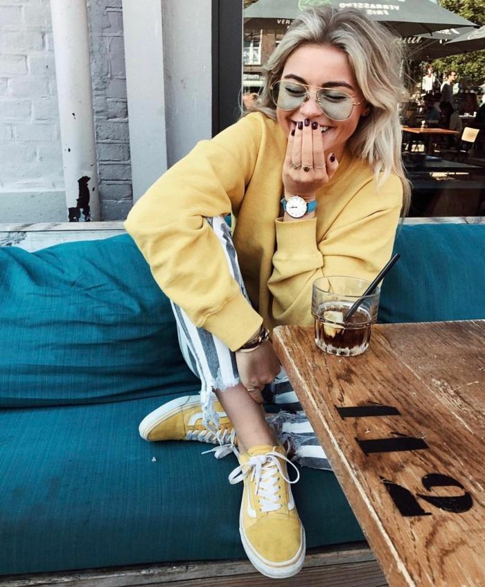 Jaunes baskets et blouson, jean rayé, fille souriante dans un café, girl tumblr mode 2019, ado tenue swag fille de pinterest ou de tumblr style