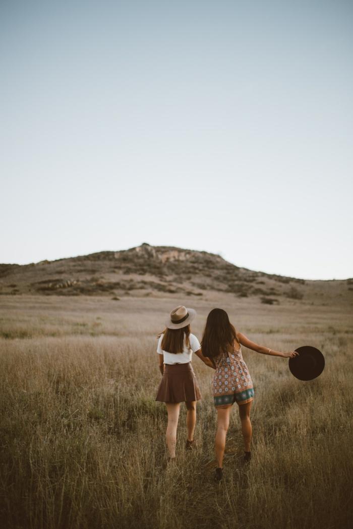 Deaux amies qui se promènent au plein nature, belle photo tumblr fille, tumblr girl stylée, look tumblr moderne pour fille beauté
