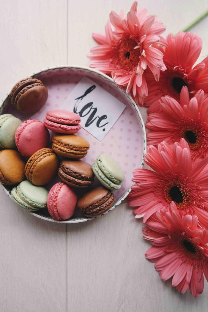 Message d'amour avec une boite ronde pleine de macarons et des fleurs roses, idée bonne saint valentin mon amour, image st valentin, belle photo pour son amour