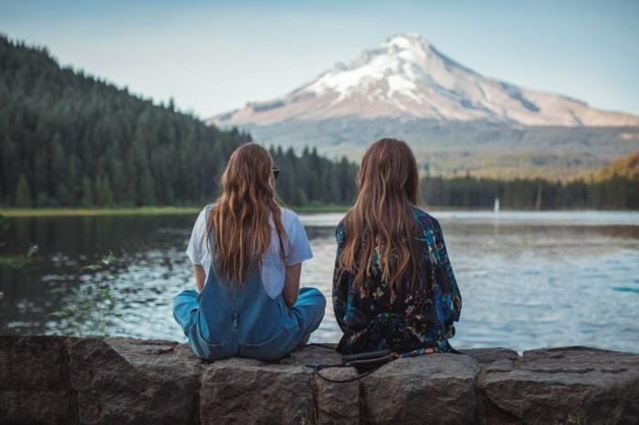 Amies au bord d'un lac, tumblr girl style photo tumblr fille idée de tenue inspirée par tumblr tenue original, montagne enneige