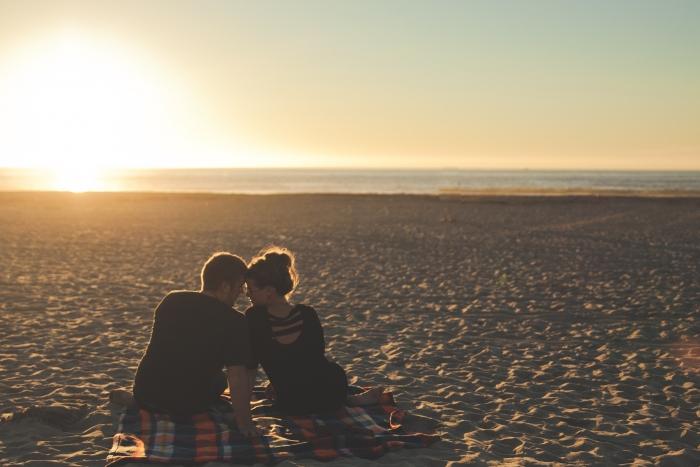 couple amoureuse, couche de soleil sur la mer, comment surprendre votre conjointe
