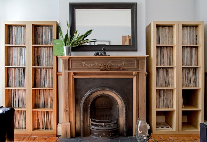 série de quatre colonnes étagères ikea kallax beige assorties au parquet et cheminée en bois pour collection de vinyles