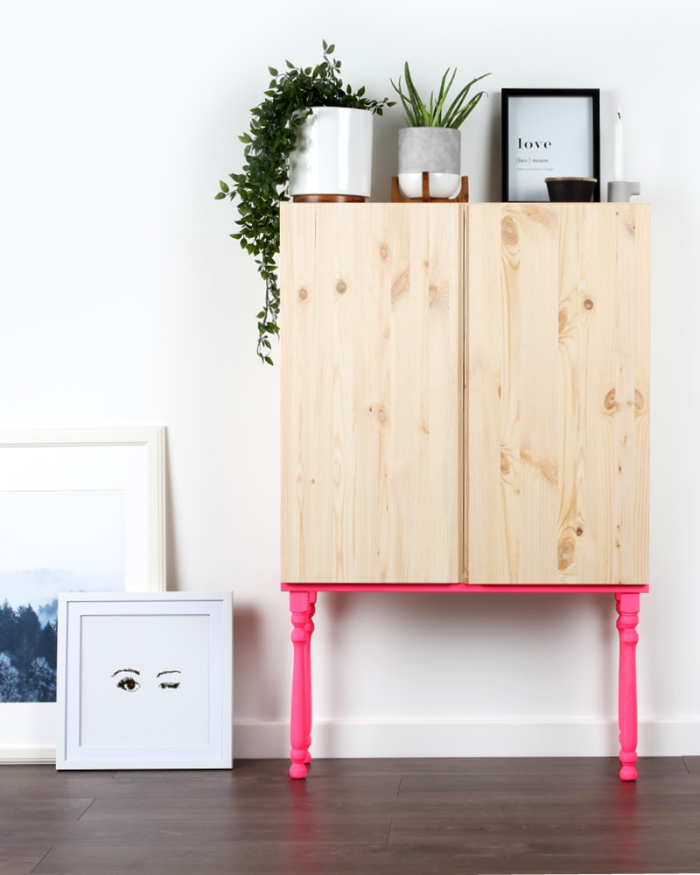idée de detournement meuble ikea facile, un caisson ivar en bois monté sur des balustres peints en rose fluo