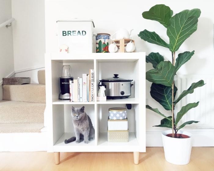 un simple module pour meuble case ikea avec pieds de bois qui sert de rangement complémentaire dans la cuisine