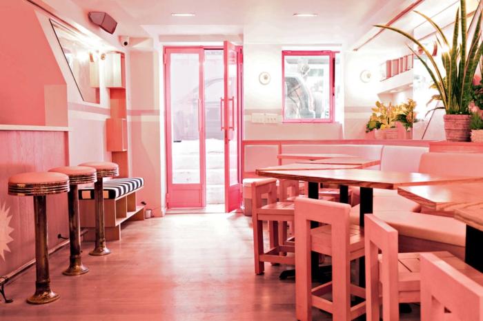 bar aux couleurs hiver 2019 pantone, déco d'intérieur rose et saumon, tabourets et chaises peints roses, portes rose flamingue