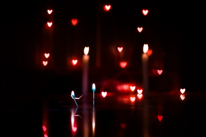 Mignonne image bokeh style, deux battons qui representent une couple amoureux, le feu dans leurs coeurs, photo romantique, images de collection image romantique