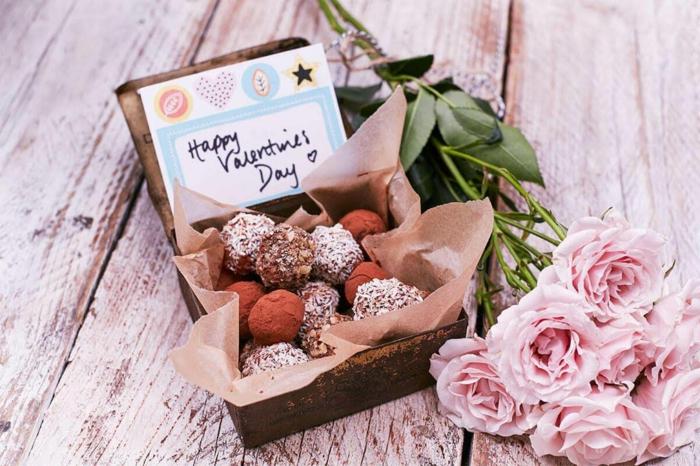 Bonne saint valentin avec bonbons et roses, couple romantique, carte st valentin, l amour pour toujours quel est le plus beau couple du monde