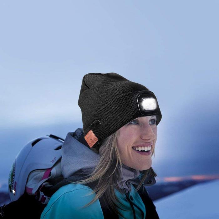 exemple cadeau saint valentin high-tech, accessoire de mode originale pour femme et homme, bonnet avec lampe