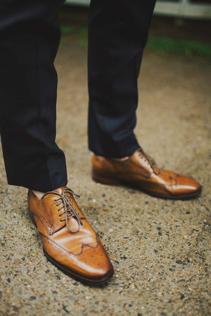 jolies brogues marron, pantalon bleu foncé, style vestimentaire homme pour mariage
