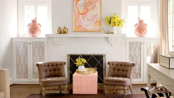 grande cheminée blanche, deux chaises couleur taupe, tabouret rose, tableau couleur pêche, vases de la couleurs pantone