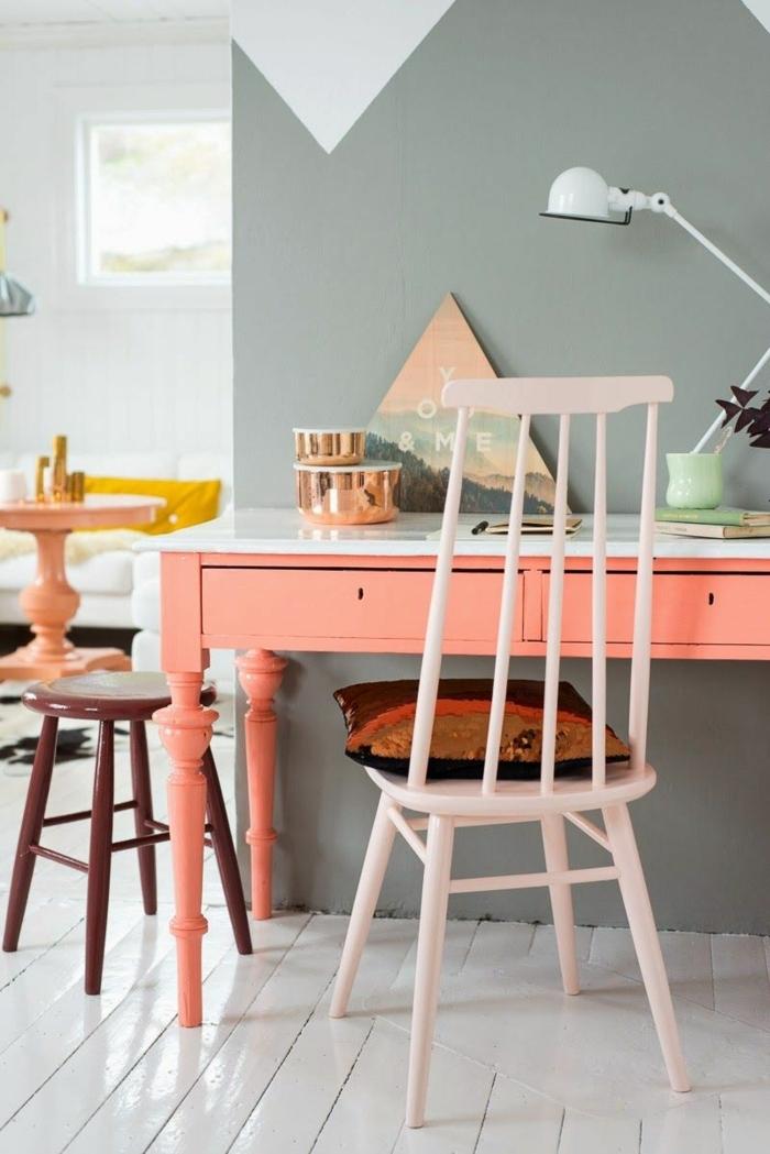 grand bureau peint en rose saumon, chaise blanche, tabouret en bois foncé, mur couleur vert menthe, lampe jielde