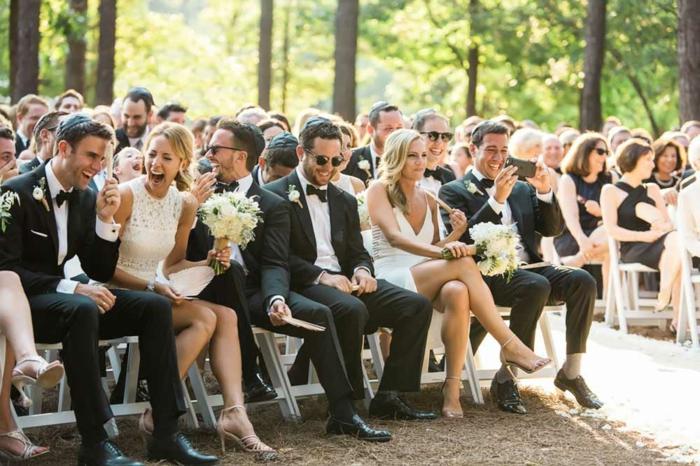 cérémonie de mariage en plein air, hommes d'honneur et demoiselles d'honneur, bouquet fleurs couleurs crème