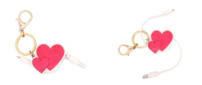 accessoire high-tech pour femme, idée objet romantique, modèle de chargeur rétractable pour femme en forme de coeur rouge