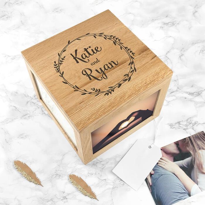 modèle de boîte en bois personnalisée avec photos couple et gravure avec les prénoms, idée surprise saint valentin