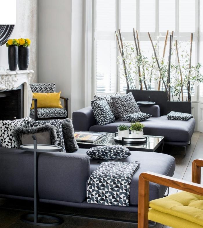 idée deco salon gris avec meubles convertible en gris anthracite, salon blanc avec meuble foncé et accents jaune moutarde