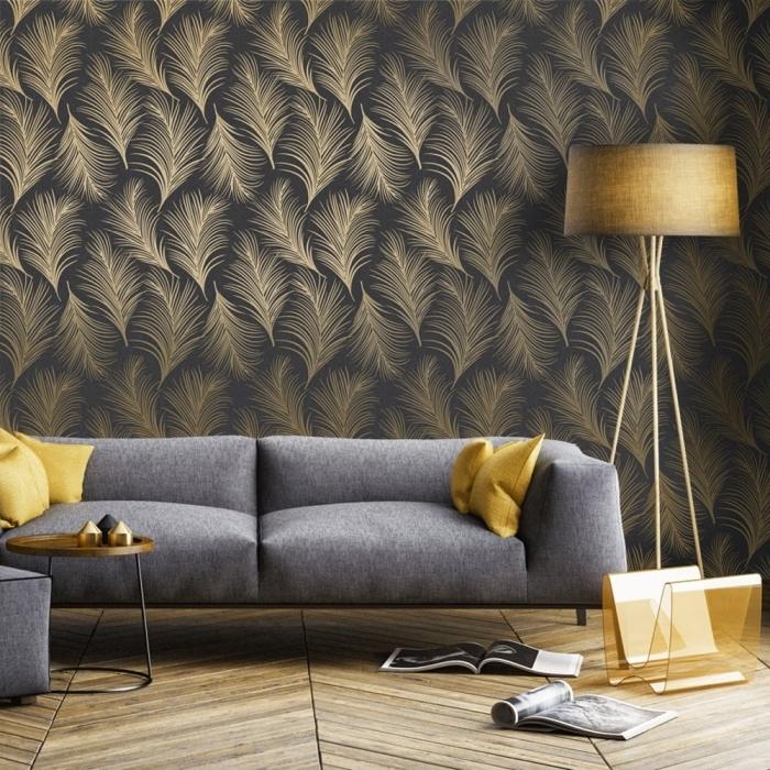 papier peint tendance en noir et or aux motifs feuilles, modèle de canapé gris salon décoré avec coussins jaune