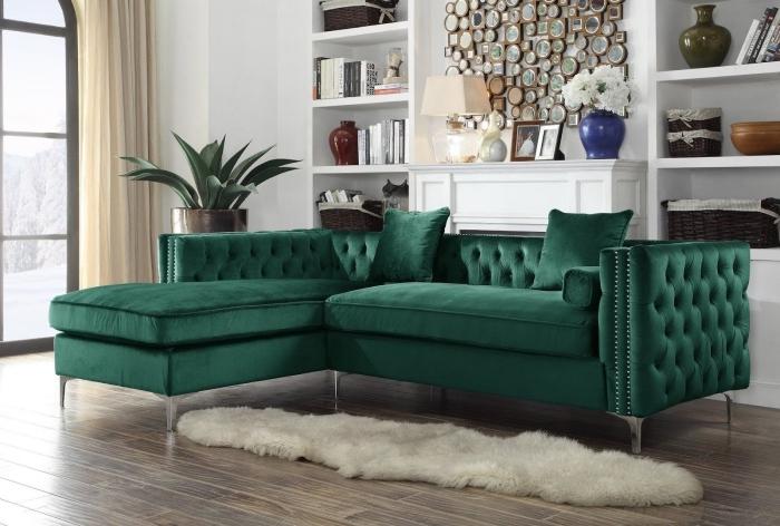 déco de salon blanc au parquet bois avec décoration tapis imitation peau animale, meuble couleur vert foncé en velours