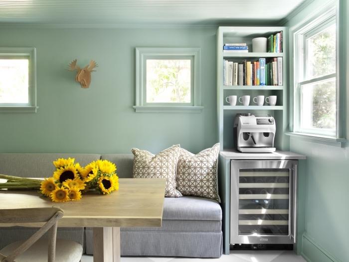 quelle peinture pour un salon, exemple peinture de nuance vert pastel, idée meuble rangement vertical en bois peint vert pâle