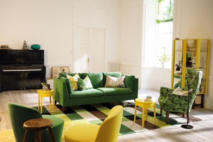 exemple salon blanc décoré avec meubles en vert malachite et jaune, modèle de tapis design rayé en jaune vert et marron