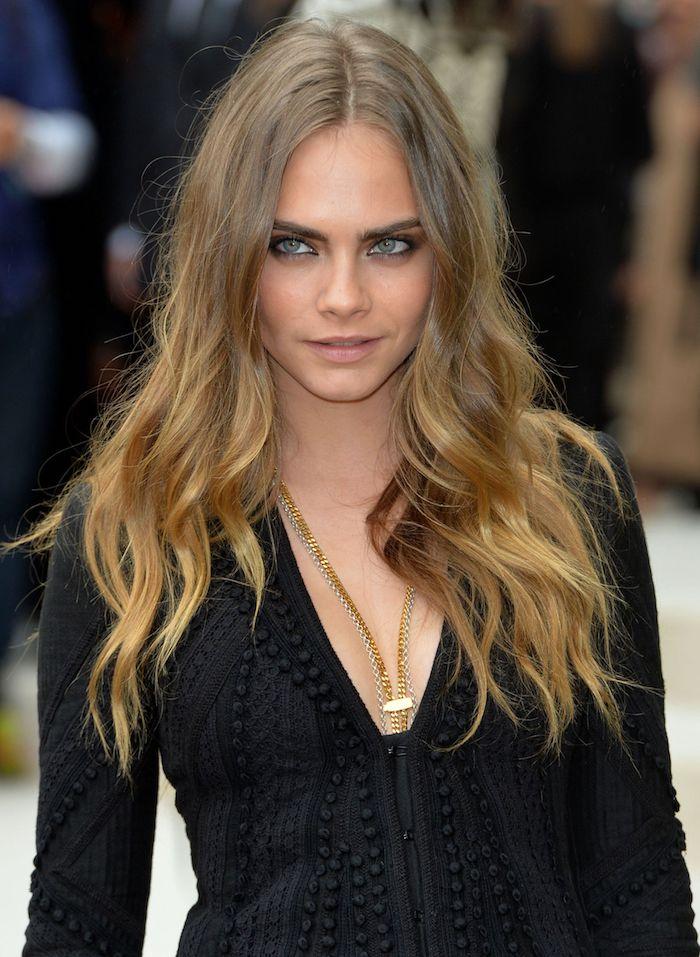 Cara delavigne avec cheveux longs, coiffure visage rond, idée carré avec frange, coupe dégradée femme