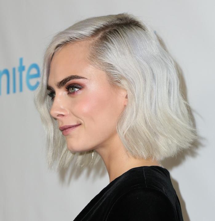 coloration blond polaire sur cheveux chatain, cheveux en carré flou aux bouts ondulés, ombres à paupières rose