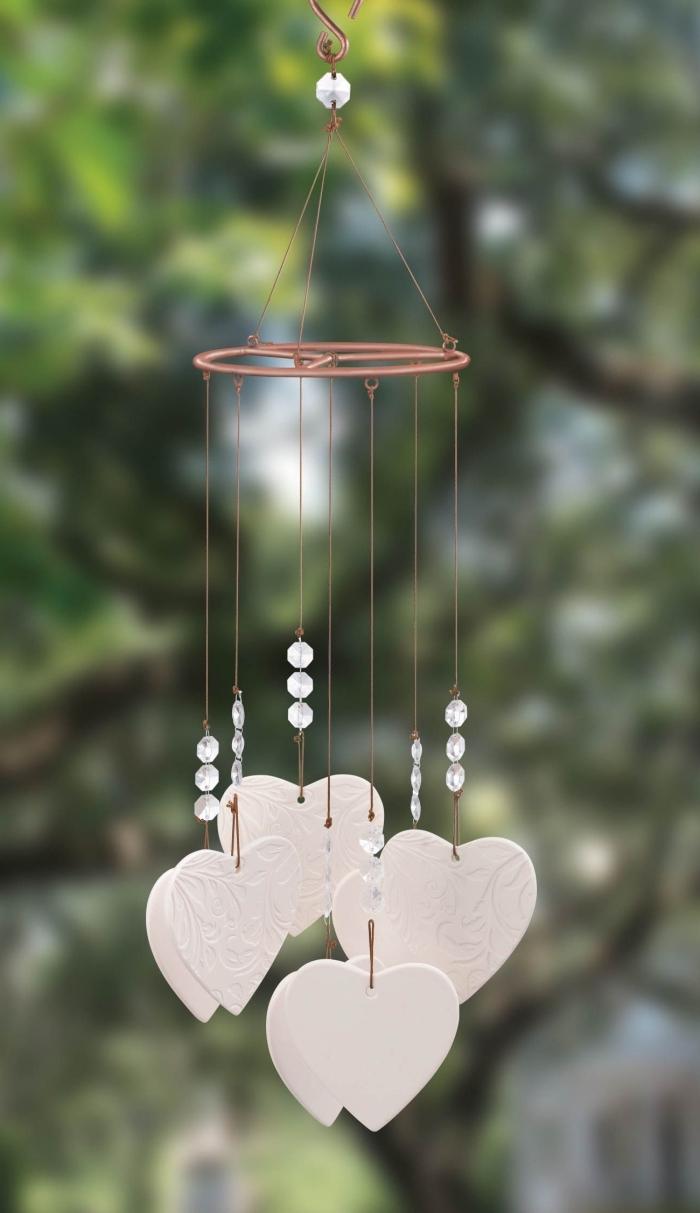 idée cadeau saint valentin original, modèle de carillon à vent avec coeurs et perles, accessoire jardin ou maison romantique