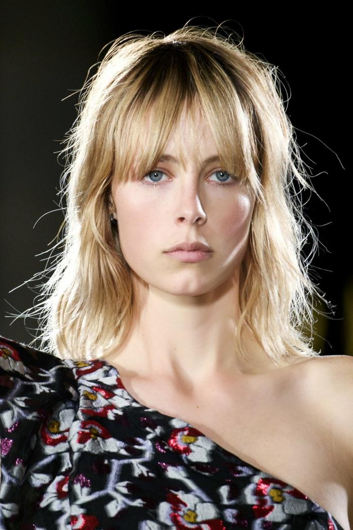 carré long blond, chemise florale épaules asymétriques, carré messy, maquillage nude, frange rideau