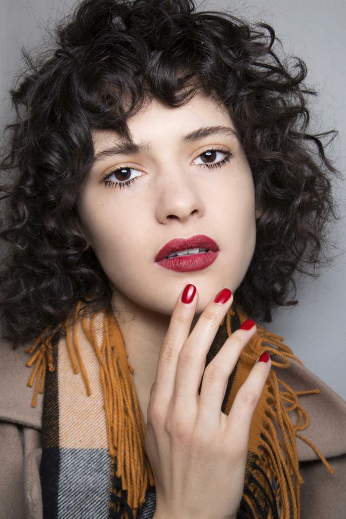 carré bouclé shaggy, foulard aux couleurs d'automne, franges, rouge à lèvres bordeaux, vernis rouge