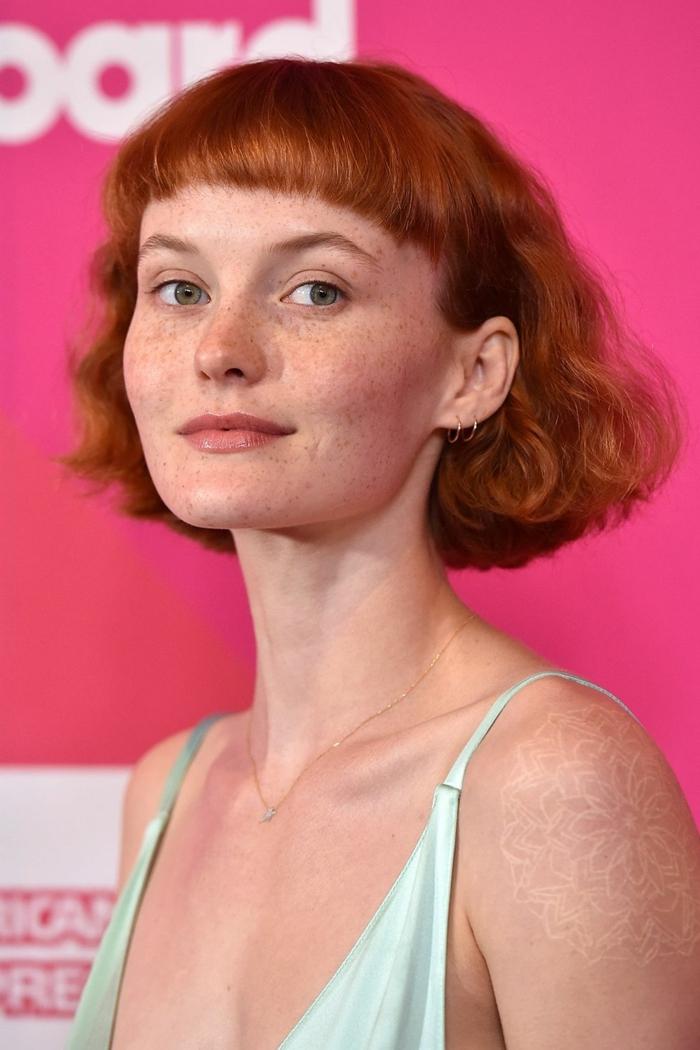 coupe carré femme, cheveux roux, maquillage simple, taches de rousseur, frange hachée