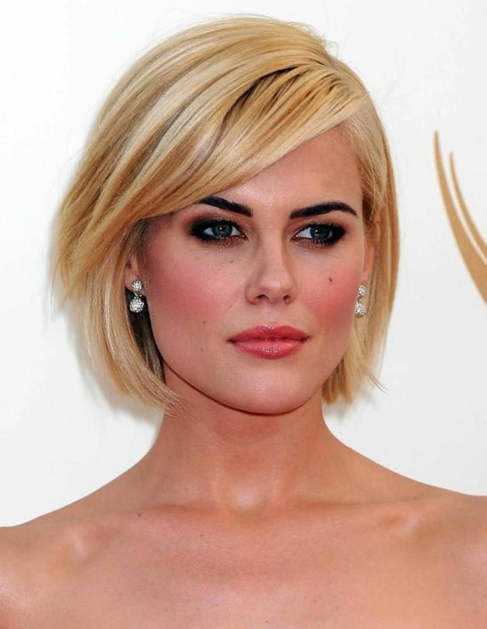 femme au maquillage dramatique, boucles d'oreilles pendantes, frange de biais, carré plongeant court