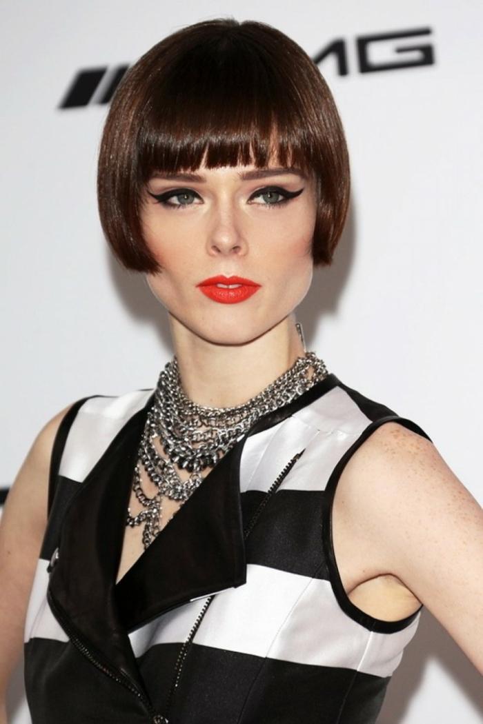maquillage artistique, carré court femme, frange droite, rouge à lèvres orange, tenue en noir et blanc