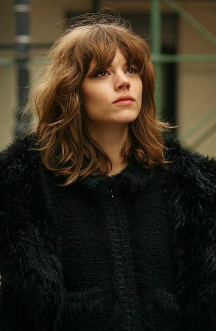 jeune femme, carré mi long, manteau poilu noir, carré mi long messy, frange rideau