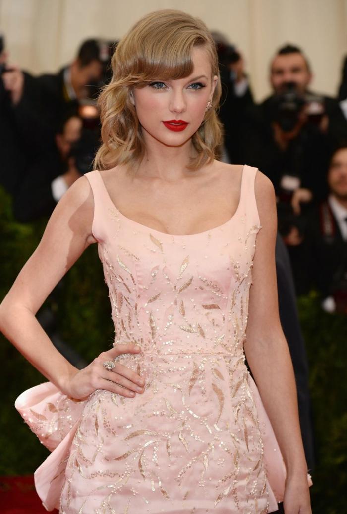 coupe carré long, robe rose fantastique de Taylor Swift, lèvres rouges, décolleté rond