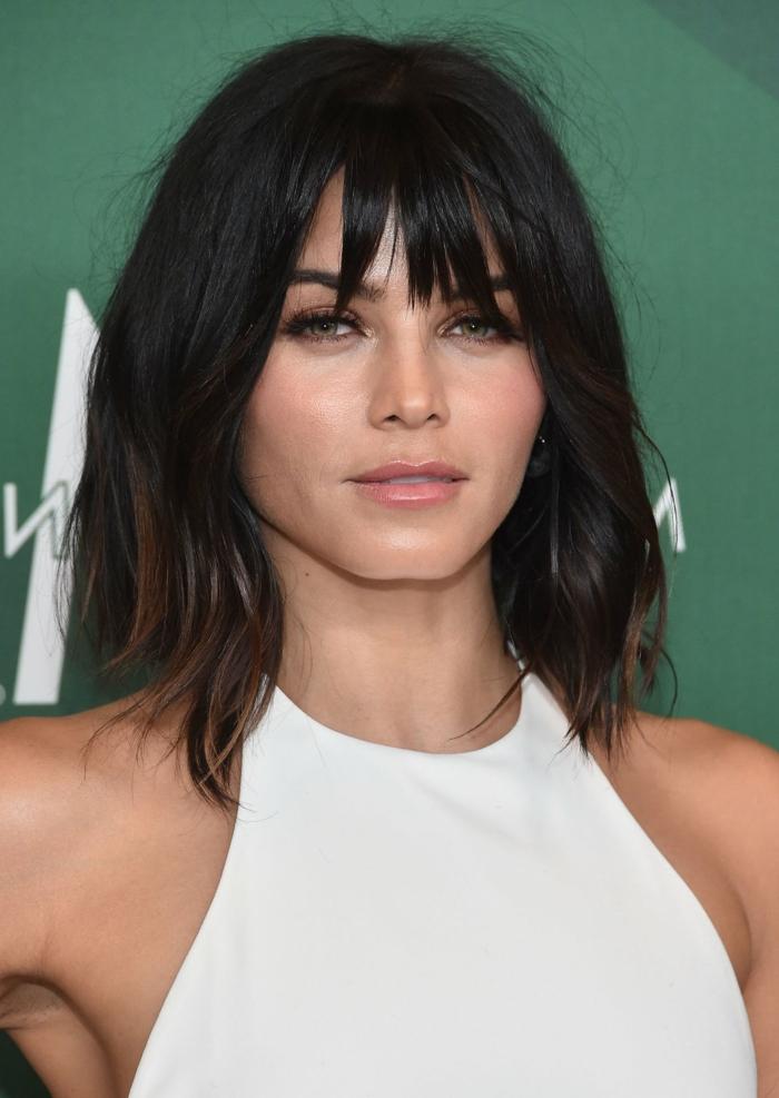 coupe carré long, jeune femme aux cheveux châtain foncé, frange lisse près du front