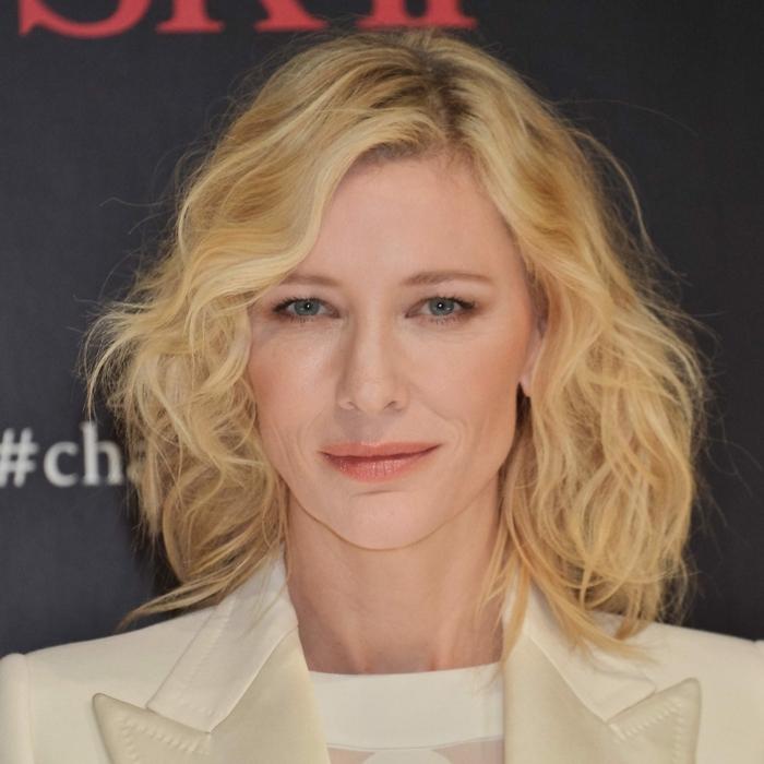 Cate BLanchett avec un carré frangé, coupe carré plongeant, veste couleur crème, tenue élégante