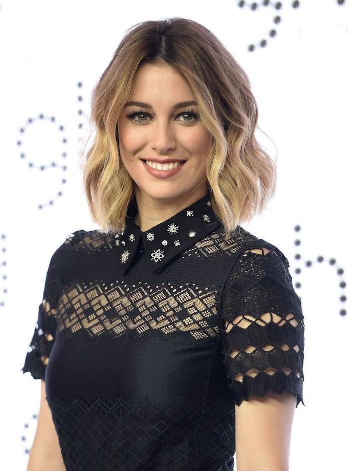 coiffure wavy sur une coupe carré mi long avec racines foncées et pointes blondes, chemise femme sans manche noire