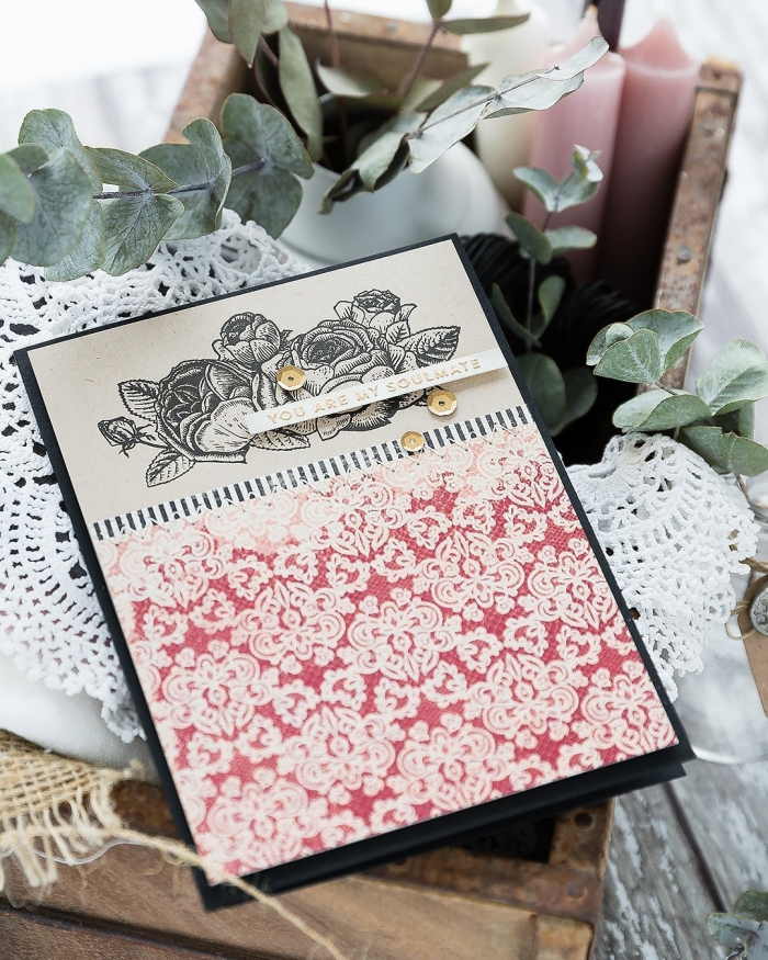 comment faire une jolie carte d'amour, papier scrapbook en rouge aux motifs volutes blancs, diy carte Saint Valentin