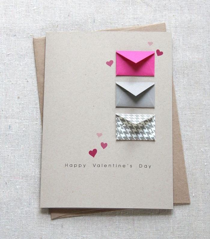 joyeuse saint valentin avec une carte en papier simple avec de petites enveloppes papier, mise en abyme