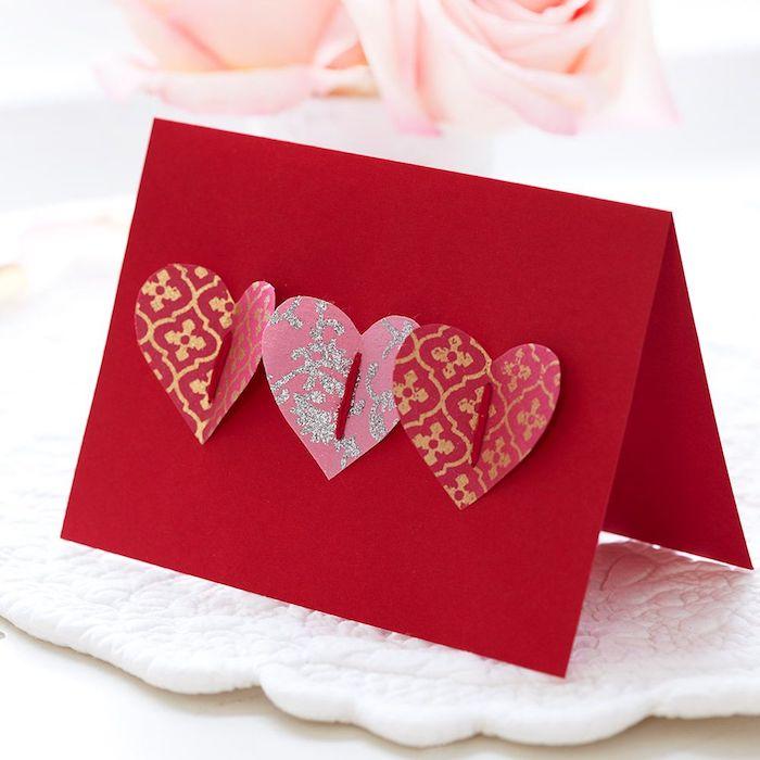 idée de carte à faire soi meme dans papier rouge avec des coeurs de papier à motifs variés collés dessus