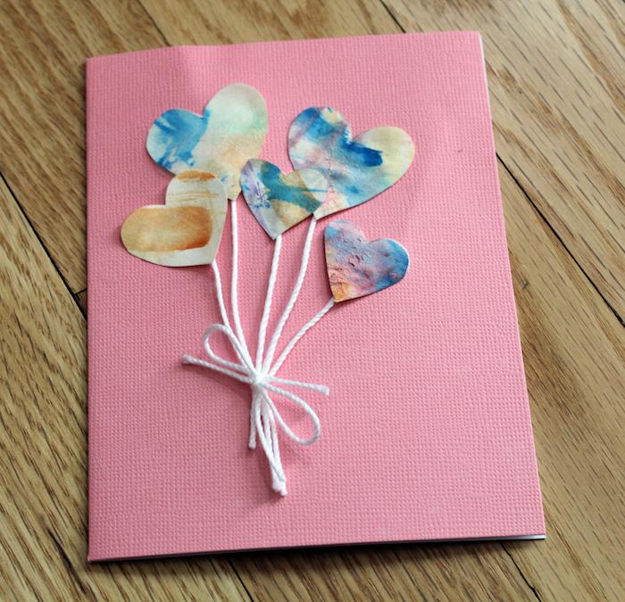 idée originale de carte dans papier rose avec motif ballons en forme de coeurs colorés à l aquarelle, activité saint valentin