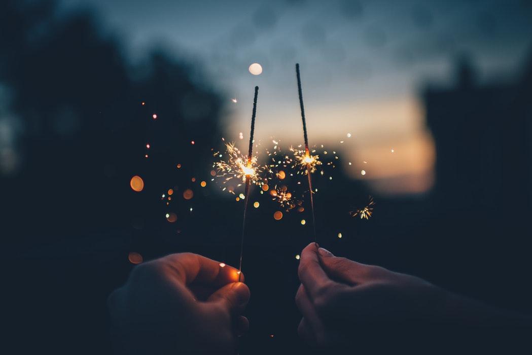 Taylor Swift nouvelle pour le nouvel an, idée commet les célébrités fêtent le nouvel an, belle photo romantique, deux mains qui tiennent feu de bengal