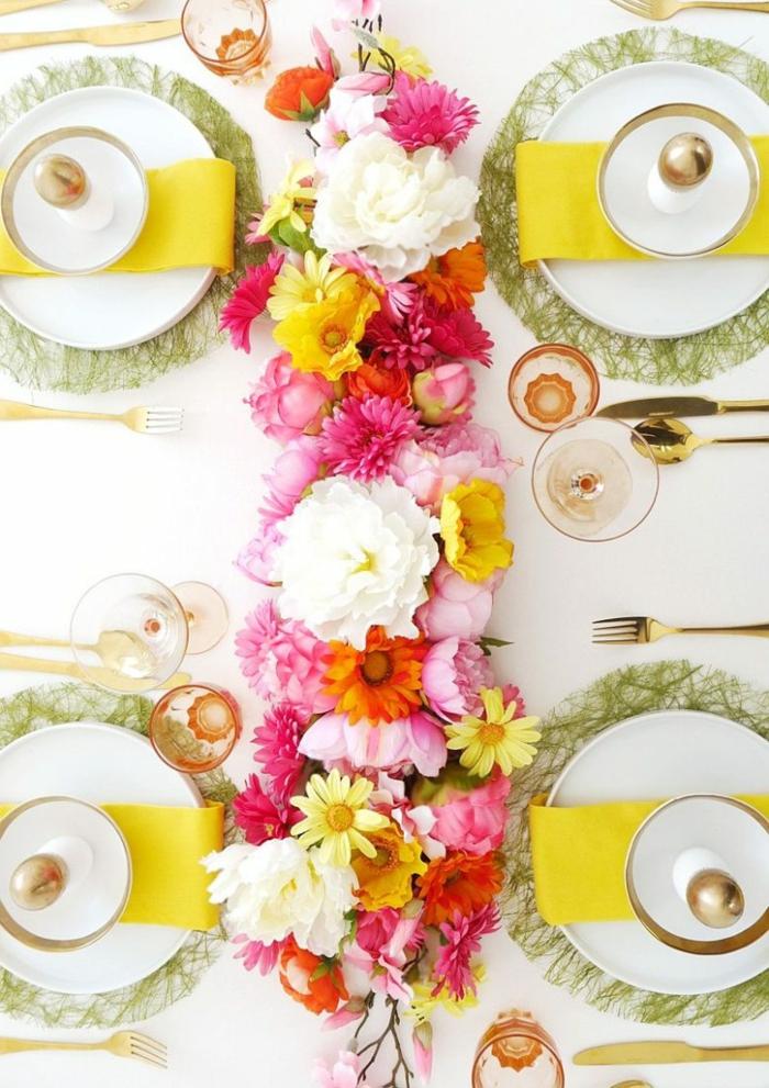 table de mariage avec chemin de table floral en fleurs printanières de couleurs joyeuses