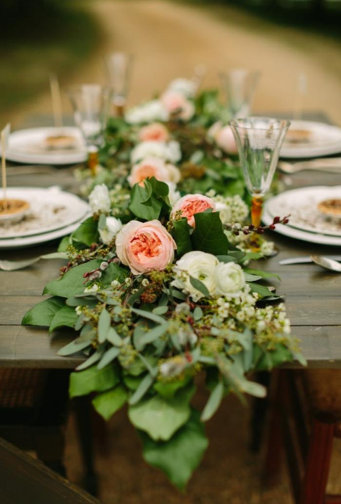 centre de table long floral, déco de table pour mariage bucolique, flûtes à champagne, assiettes