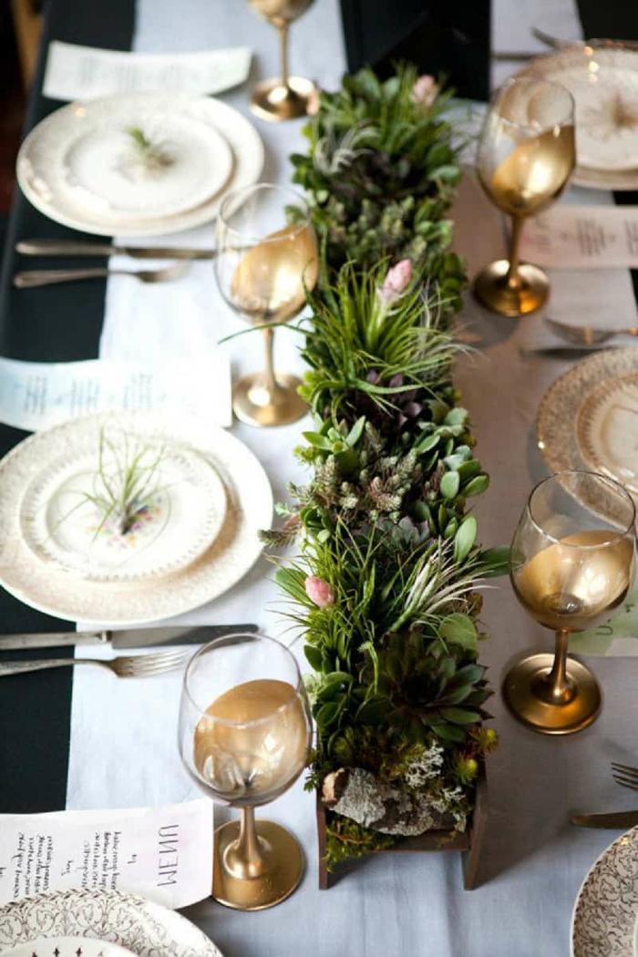 jardinière verte avec succulentes comme chemin de table mariage, verres à champagne motif doré