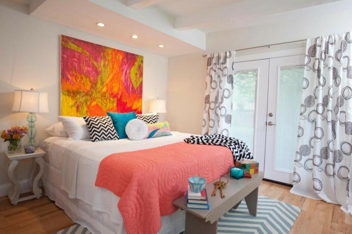 tendance déco la couleur pantone 2019, lit, plaid, coussins motifs zigzags, tableau abstrait, rideaux blanc et gris, tapis motifs graphiques
